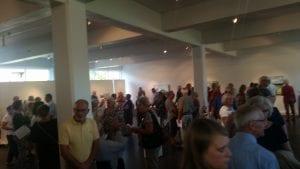 ventende gæster til fernisering i Fredericia Kunstforening