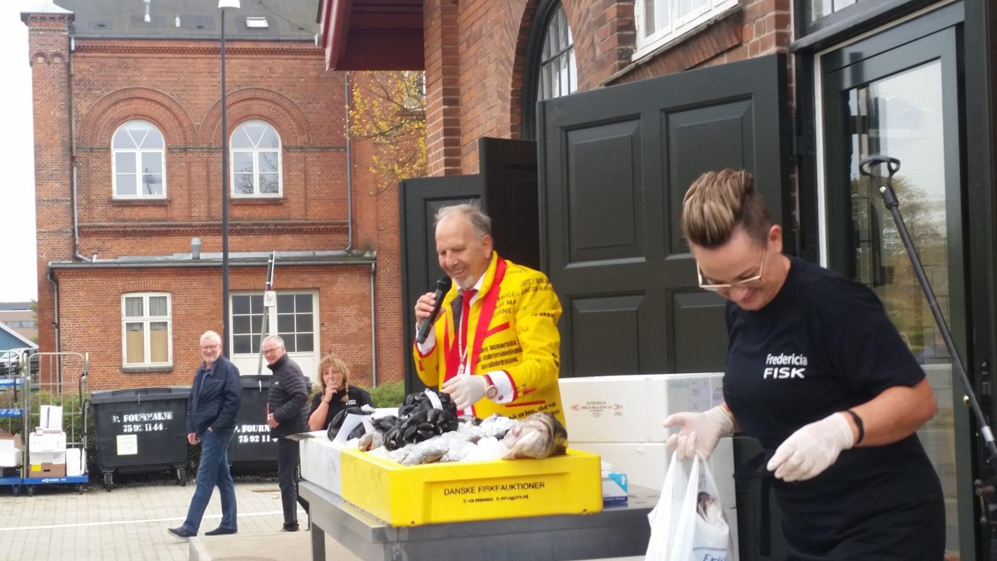 Jacob Haugaard udvælger næste fisk til auktion og fru Jensen afleverer fisk til en tilfreds kunde - Fredericia Fisk 2018 (Foto: Claes Andersen)