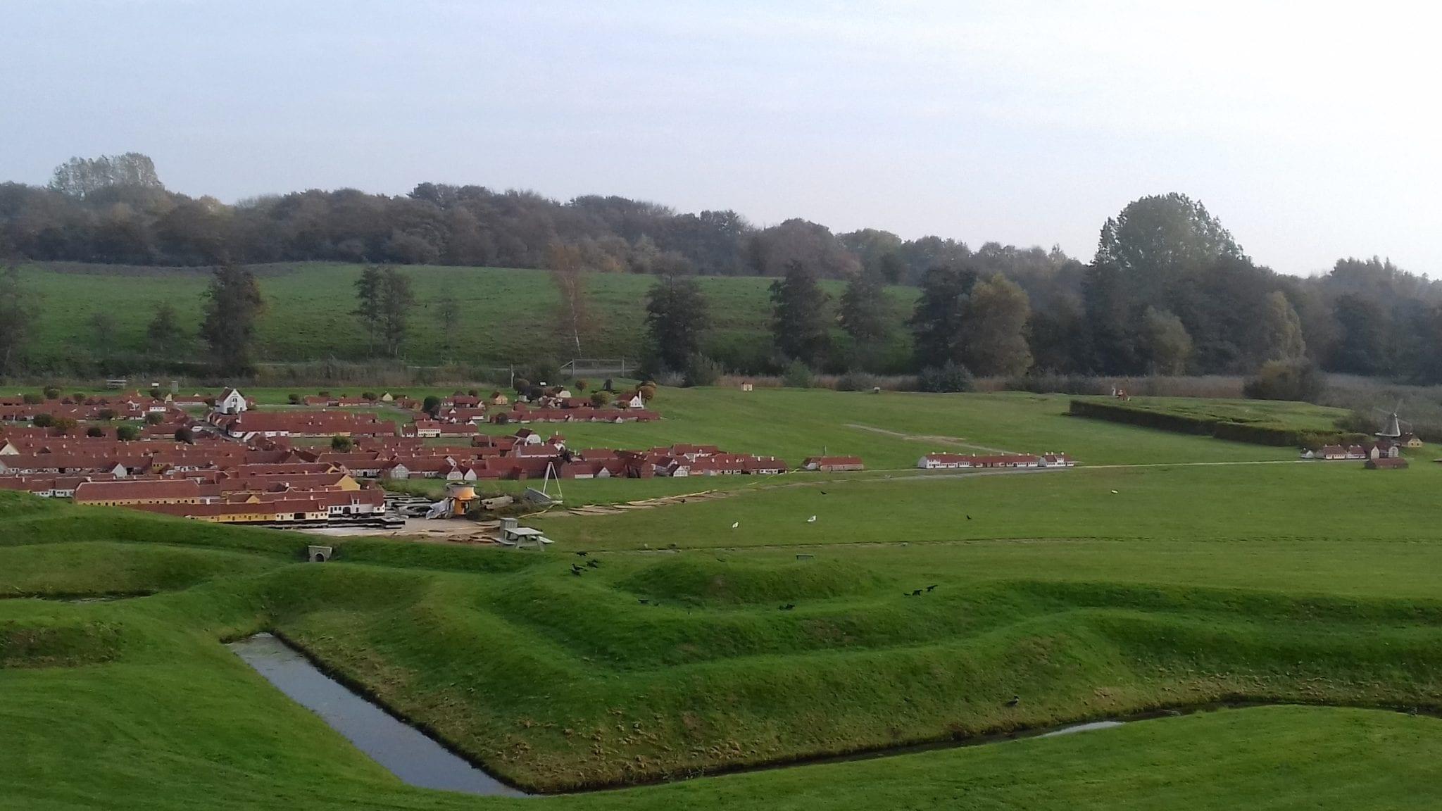 Minibyen med Prinsens Port til venstre set uden for fæstningen (Foto: Claes Andersen)