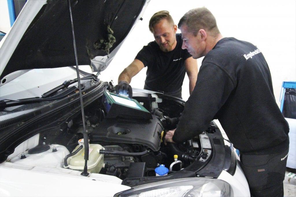 EngelbrechtBiler, der nu får tilnavnet CarPeople Middelfart, er en familieejet virksomhed, stiftet af far og søn, Hardy og Jesper Engelbrecht Olesen. Bilhuset forhandler og reparerer alle typer biler. Foto: PR.